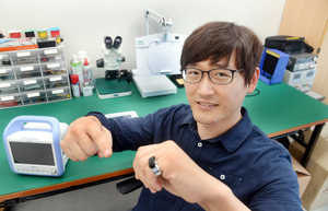 Keeping ones heartbeat on a finger in Korea (c) Park Hyun koo The Korea Herald