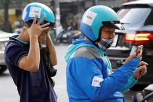E payment soars in Vietnam as a solution to skimpy bank coverage (c) Reuters
